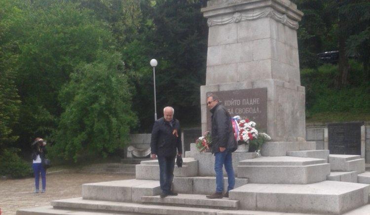 БСП-Благоевград поднесе венци на Братската могила в града, в памет на загиналите в антифашистките борби